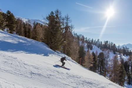 St. Moritzin Corvatsch -hiihtoalueella on lähes 1,5 kilometrin korkeusero. Rinteitä pitkin sitä ei pysty laskemaan kerralla, vaan väliin tarvitan yksi hissinousu. Rinnepituudet riittävät silti reilusti hapottamaan tiukkaa käännöstä runttaavan laskijan.