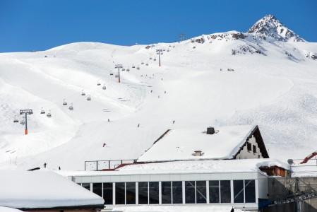 St. Moritzin Corviglia -hiihtoalueella on leveitä rinteitä, joiden päävärit ovat punainen ja musta. Muutamia sinisiäkin löytyy, mutta aloittelijoille valikoima on rajallisempi.
