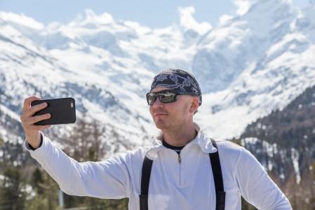 St. Moritzin Diavolezza -hiihtoalueelle vievän tien varrelta näkyy 4049 -metrinen Piz Bernina sen verran komeasti, että selfiestoppi on lähes pakollinen. Jos pysähtyminen jää tekemättä, voi samaa maisemaa ihastella myös Diavolezzan yläaseman kuvakulmasta.