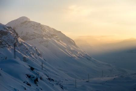 Pohjoisen suunnasta St. Moritziin saavutaan autolla komeasti serpentiinitietä vuoren yli. Matkalla ohitetaan Bivion hiihtokeskus ja pian sen jälkeen autolla ollaan näissä maisemissa Julierpass-solan korkeimmalla kohdalla 2284 metrissä.