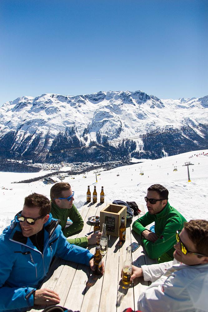Alpit ja aurinkoinen terassi on yhteensopiva pari. Tämä mallikelpoisiin maisemiin sijoitettu yksilö löytyy St. Moritzin kylän yläpuolelta Corviglian hiihtoalueelta.