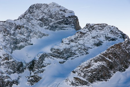 3380-metrinen Piz Julier näyttäytyy nättinä St. Moritzin Corviglia -hiihtoalueen ylimmän huipun terassilta. Vuoren toiselta puolelta kulkee St. Moritzista pohjoiseen vievä serpeniititie Julierpass-solaa pitkin. Tien korkein kohta on 2284 metrissä.