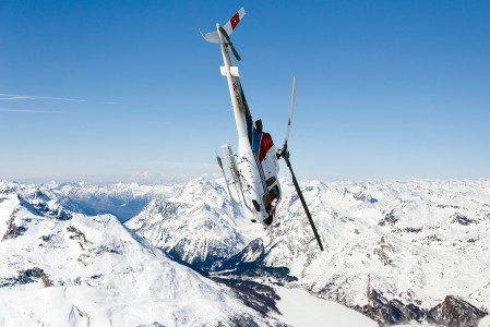 St. Moritzin Corvatsch -alueen yläasemalla sai todistaa hurjaa helikopterisyöksyä. Pilotti käänsi kopterin heti nousun jälkeen jyrkkään syöksyyn allaolevia kallionkielekkeitä hivutellen.