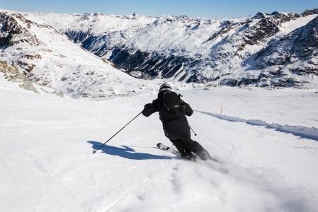 Corvatsch -hiihtoalueen rinteet nousivat testiryhmämme suosikeiksi St. Moritzin hiihtoalueista. Suurin osa rinteistä on jyrkkyydeltään punaisia ja profiilit sopivat hyvin kovavauhtiseen tykitykseen.