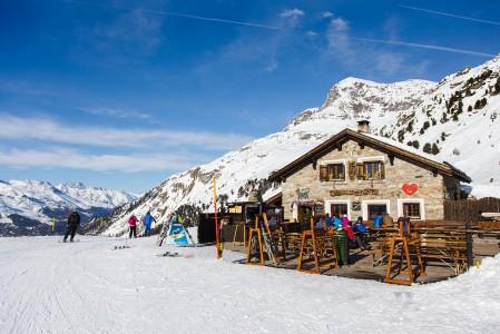 Tunnelmallinen pieni Alpetta-rinneravintola sijaitsee St. Moritzin Corvatsch-hiihtoalueella.