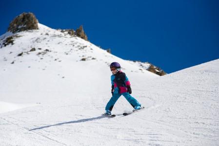 Pienille laskijoille Alppien kilometrien mittaiset rinteet yli kilometrin korkeuseroineen ovat todella pitkiä laskuja. Treenimielessä yhdelläkin laskulla ehtii oppia paljon, mutta kannattaa huomioida pikkujalkojen nopeampi ja yhtäkkisempi väsyminen.