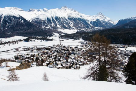 Celerina on pieni ja selkeästi vähemmän turistinen kylä hieman St. Moritzin ulkopuolella. Hissi nostaa kylästä samalle hiihtoalueelle kuin kalliimmasta St. Moritzin keskustastakin.