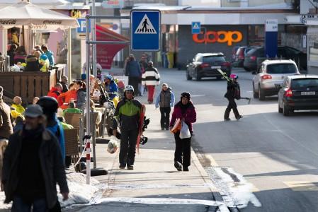 Davos ei ole mikään kylä, vaan ihan oikea kaupunki jonka ympärillä on laaja hiihtokeskus. Laskijat pääsevät paikallisbusseilla näppärästi myös kauempana keskustan hissiasemista ja afterski-kuppiloista sijaitseviin majapaikkoihin.