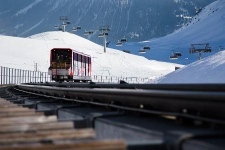 Sveitsiläiset ovat junakansaa. Useaan hiihtokeskukseen pääsee lentokentältä laadukkaita ja täsmällisiä junayhteyksiä pitkin. Davosissa ja useammassakin muussa sveitsiläiskeskuksessa junalla voi jatkaa myös rinteeseen. Parsenn-hiihtoalueen tuplajuna on toim