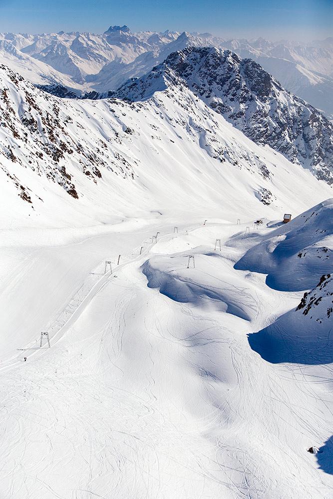 Davosin Dorf -puolen keskustasta nouseva Parsenn on maisemallisesti upea hiihtoalue. RInteet ovat enimmäkseen sini-puna -väritteisiä.