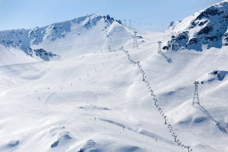 Davosin mukavalla Parsenn -hiihtoalueella risteilee runsaasti myös toisensa ylittäviä hissilinjoja. Laajalla hiihtoalueella voi liikkua Davosin ja Klostersin kaupunkien välillä.