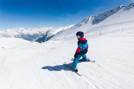 Davosin Parsenn -hiihtoalueella on helppo crossirata, josta löytyy kumpuja ja pieniä hyppyreitä. Tällaiset innostavat myös pikkulaskijoita.