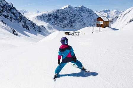 Alppien mittakaavan rinteissä ankkurihissit ovat väilllä jalkoja puuduttavan pitkiä. Mitä pidempi hissinousu, sitä enemmän nousuvälineeksi toivoo nopeaa tuolia, gondolia tai junaa. Onneksi Davosisssa on niitäkin runsaasti.