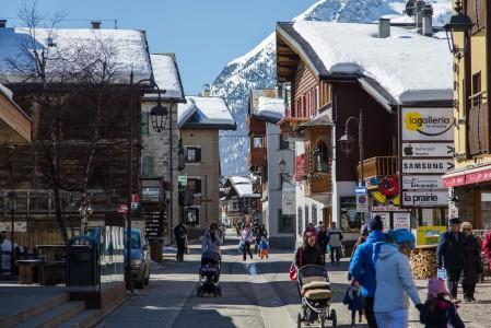 Italian Livigno on verovapaan erityisasemansa vuoksi poikkeuksellisen edullinen ostospaikka hiihtokeskukseksi. Kylältä löytyykin satakunta myymälää.