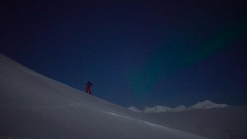 Higher Latitude -lumilautailusarjan avausosassa sukelletaan Pohjois-Norjalaisen alkutalven hämärään ja pehmytlumiseen maailmaan.