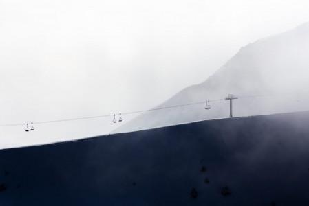 Aamun pilvet haihtuvat auringon noustessa ylemmäs Grandvaliran hiihtokeskuksessa Andorrassa. Hiljalleen ylimmätkin hissit pyörähtävät käyntiin ja nostavat innokkaat laskijat tuoreen lumen pariin.