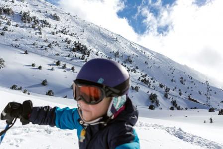 Tuoreen lumen tipahdettua Grandvaliran hiihtokeskukseen oli aamulla kiire päästä piirtämään omia jälkiä rinteen reunamille. Silloin kameran kanssa piti olla nopea tai jättää kuvausväline reppuun. Tai sitten yrittää roiskia lennosta sinne päin, kuten tässä.