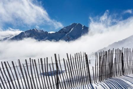 Andorran Grandvalirassa hiihtoalueen yläosat ovat puuttomina avoimia tuulille. Huonolla näkyvyydellä tai kovalla tuulella kannattaa keskittää laskeminen suosiolla alimmille hisseille.