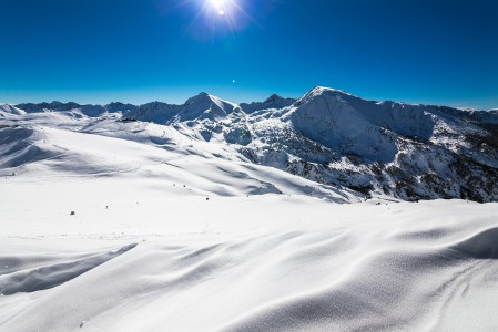 Andorran pisin hissi kuljettaa laskijat Encampin kylästä 1300 metristä yhtä soittoa Cortalsin huipulle hiihtoalueen sydämeen yli 2500 metriin.