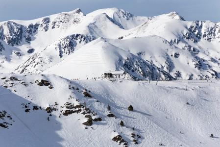 Grandvaliran hiihtoalueelle mahtuu 5 selkeästi erillistä huippua, joiden yli liikutaan hiihtoalueelta toiselle. Yläasemat sijaitsevat enimmäkseen 2500 metrin tuntumassa.