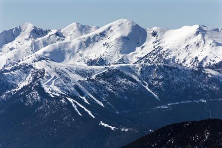 Grandvaliran lännenpuoleisilta huipuilta erottaa selkeästi Andorran toisen suuremman hiihtokeskuksen, Vallnordin hiihtoalueita. Soldeusta matkaa Vallnordin Arinsaliin kertyy 25 kilometriä, jonka ajaa reilussa puolessa tunnissa.