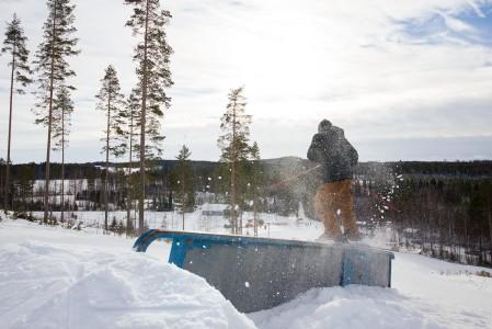 Aurinkoinen sää ja vastavaloon pöllähtävä lumi on aina kiitollinen kuvauskohde.