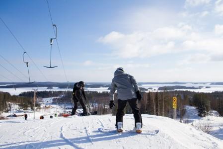 Ruunarinteet viettävät suoraan Saimaata kohti. Sekä vasemmasta että oikeasta laidasta löytyy hoitamatonta rinnemaastoa, jossa voi treenata pehmeän lumen laskemista.