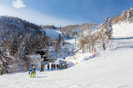 Furano on varteenotettava keskus myös rinnelaskuun 1000 metriä lähentelevällä korkeuserollaan ja runsaslukuisalla rinnevalikoimallaan.