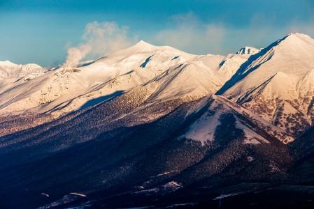 Furanon rinnemaisemasta selkeästi erottuva Mount Tokachi kutsuu luokseen nousuvälinein liikkuvia offarilaskijoita. Daisetsuzanin kansallispuistossa on tilaa touhuta pehmeässä lumessa, ja tulivuoren höyryävät röörit tuovat maisemaan ovat viehätyksensä.
