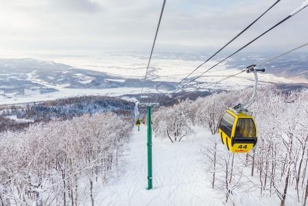 Hokkaidon maisemassa tasaiset pellot vuorottelevat parhaimmillaan kilometrin verran yläilmoihin nousevien mäkien kanssa. Kamui Ski Links -keskuksessa pellonreunalta noustaan hieman yli 600 metriä korkeammalle.