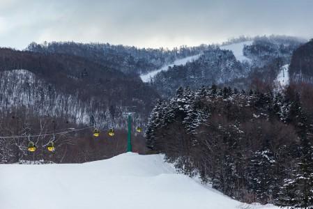 Japanissa on satoja hiihtokeskuksia, joista suurin osa on pieniä rinteiden ja hissien määrältä. Uusia kohteita bongatessa kannattaa kuitenkin katsoa korkeuseron lisäksi myös vuotuinen lumisademäärä ja maaston profiili rinteiden ulkopuolella, mikäli pehmeä