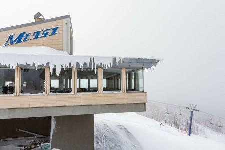Kamui Ski Links -hiihtokeskuksen yläasemalta löytyy pari pientä rinneravintola/kahvilaa mukavilla maisemilla.