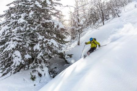 Tiukemmassa käännöksessä takapuoli lähentyy lumen pintaa myös pehmeässä lumessa. Kamui Ski Linksin rauhallisessa takamaastossa omista käännösjäljistä ei tarvitse taistella.