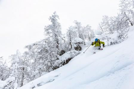 Hokkaidon saaren pienten keskuksien takamaastoissa ei tarvitse taistella koskemattomasta lumesta. Pienellä nousuvaivalla saa melko varmasti tehdä omia jälkiä koskemattomaan lumeen.