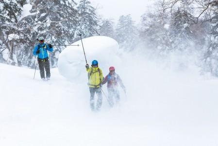 Asahidake on poikkeuksellisen luminen kolkka. Lunta sataa vuosittain keskimäärin 14 metriä.