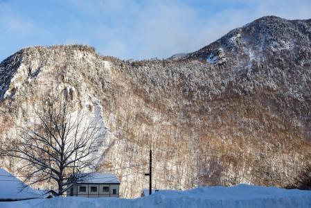 Kurodaken ala-asema ja pieni Sounkyo onsenin kylä sijaitsevat joka suuntaan jyrkkäseinäisen kattilalaakson pohjalla. Kylään saapuessa joutuu ensin ihmettelemään, mistä alas voisi laskea.
