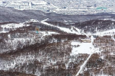 Sapporo Teinen hiihtokeskus nousee suoraan Sapporon suurkaupungin laidalta. Matalammalla sijaitseva Olympia zone -puoli maailmanpyörineen näyttää ylhäältä Highland zonelta katsottuna vaatimattoman kokoiselta.