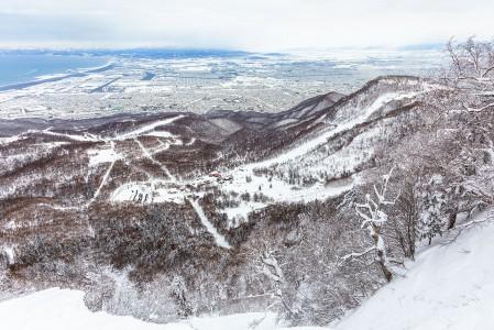 Sapporo Teinen Highland-alueen yläosissa on kunnolla jyrkkyyttä. Tiukkojen offarirännien lisäksi alas pääsee Japanin jyrkimmäksi sanottua 38-astetta kallistuvaa hoitamatonta rinnettä pitkin.