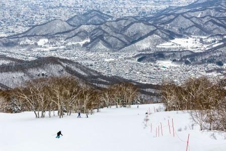 Sapporo Teinen korkeammalla sijaitseva Highland Zone tarjoaa rinteeseen poikkeavan urbaanit maisemat, vaikka Sapporon lisäksi maisemaan mahtuu myös meri ja muutakin vuoristoa.