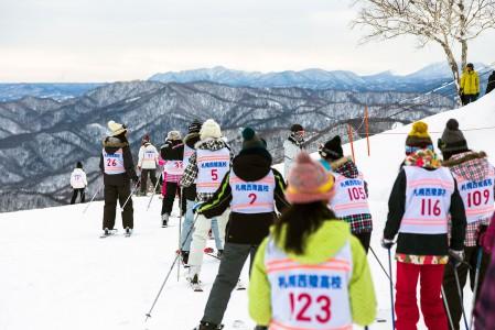 Japanin hiihtokeskuksissa näkee arkisin runsaasti koululaisia. Suomessa huomattavasti harvemmin. Harrastajamäärien kasvattamisen kannalta tekisi hyvää sisällyttää laskettelu ja lumilautailu koulun liikuntatuntien lajikirjoon.