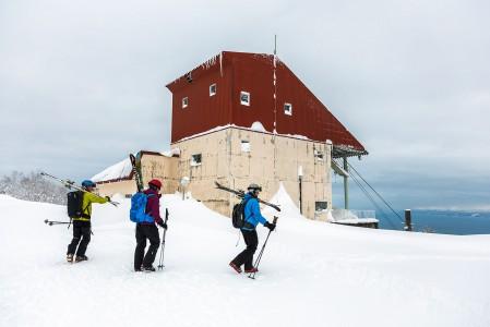 Sapporo Teinen nykyiseltä yläasemalta on 10 minuutin kävely vanhalle kabiiniasemalle. Asemalta merta kohti lähtevät jyrkät offpiste-rännit laittavat reidet testiin.