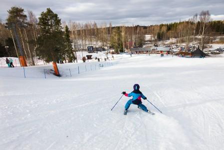 Porin Ruosniemen matalat rinteet ovat mitä sopivin harrastuksen aloituspaikka ja miljöö perheen yhteiseen ulkoiluun.
