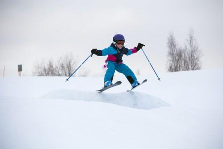 Monet hiihtokeskukset unohtavat hyppyreitä rakentaessaan lapset ja vasta-alkajat. Pelkistä jättibokseista ei ole iloa, jos pitäisi ensin päästä sisään hyppimisen maailmaan. Ruosniemessä pienet hyppyrit on huomioitu, ja alkuun pääsee hienosti.