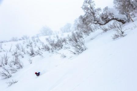 Kirorossa sataa 13 metriä lunta vuodessa. Tammikuussa lunta tulee usein parikymmentä senttiä yössä. Pitkään koskemattomina olleisiin kohtiin voi upota leveilläkin suksilla rintaa myöten.