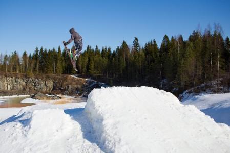 Salomonkallion suuremmassa boksissa hypyn alastuloon laskeudutaan montun pohjalla sijaitsevan ala-aseman tuntumaan.