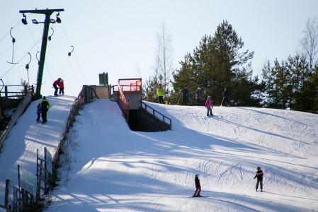 Hiittenharjun huipulla ollaan Porin lähimmistä hiihtokeskuksista korkeimmalla. 45 metrin korkeuserolla päihittää jo selkeästi Salomonkallion ja Ruosniemen mitat.