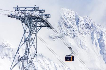 Stubain jäätikölle nostava uusi jättihissi yhdistää gondolin ja kabiinin parhaat puolet. Hissi on paitsi tehokas suuren nopeuden ja kapasiteettinsa sekä tiuhan gondolivälinsä ansiosta. Lisäksi modernit vaunut ovat penkkeineen mukavia. Kahdella vaijerilla k