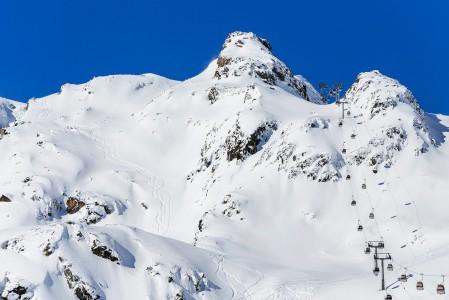 Innsbruckin Stubai -alueen hissien läheltäkin ja ulottuviltakin löytyy hauskoja offaripätkiä. Kuvan reitti Gamsgarten II -gondolin lähistöllä löytyy ylhäältä helpohkosti.