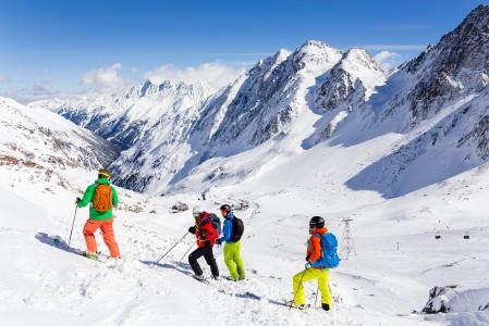 Innsbruckin alueella on itävaltalaiseksi jylhät laskumaisemat. Alueen terävimmät huiput ja suurimmat korkeuserot löytyvät Stubain laakson perältä.