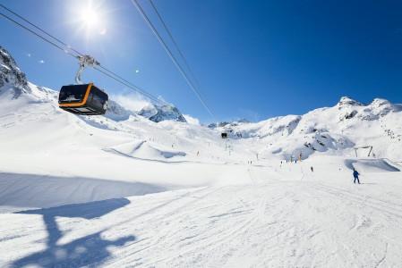 Stubai on korkeutensa vuoksi Innsbruckin hiihtokeskusten lumivarmin kolkka. Tehokkaat hissit nostavat nopeasti varjoisasta laaksosta aurinkoisille huipuille.